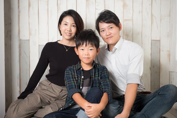 【小学生男子】自然な笑顔とカジュアルな服装の木庭さん家族の年賀状用写真撮影