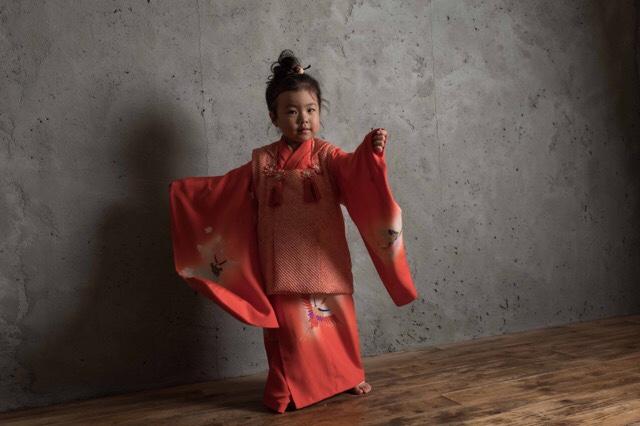 【3歳女の子】赤い被布を着せてお団子ヘアーのオオハラ家七五三の写真撮影